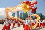图文-北京奥运圣火在深圳传递 舞龙队员倍感自豪