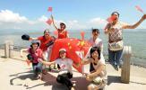 图文-北京奥运圣火在深圳传递 市民海边享受快乐