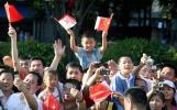 图文-奥运圣火传递活动在深圳举行 小朋友挥舞国旗
