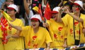 图文-奥运圣火传递活动在惠州举行 学生加油助威