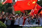 图文-奥运圣火在惠州传递 市民热情似火挥舞国旗