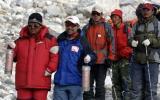 图文-珠峰传递登山队回到大本营 王勇峰手持火种灯