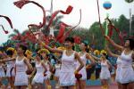 图文-北京奥运圣火在汕头传递 拉拉队现场表演