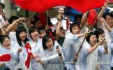 图文-北京奥运圣火在汕头传递 冒雨也要为圣火加油