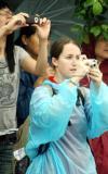 图文-北京奥运圣火在汕头传递 外国观众参与其中