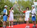图文-北京奥运圣火在汕头传递 李巧贤与池美兰交接