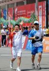 图文-北京奥运圣火在厦门传递郭跃华向群众致意