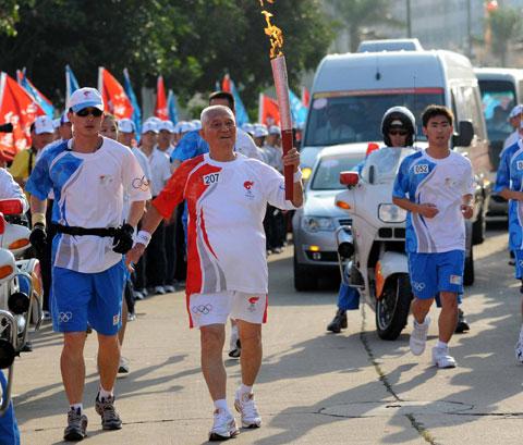 图文-北京奥运圣火在厦门传递老人的精神值得学习