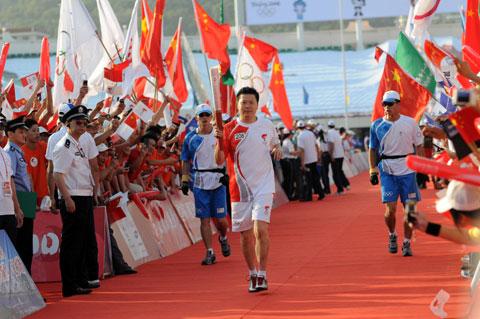 图文-北京奥运圣火在厦门传递吉新鹏穿过红色海洋