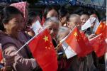 图文-北京奥运圣火在泉州传递 迎接圣火笑逐颜开