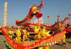 图文-北京奥运圣火在泉州传递 群众在广场上表演