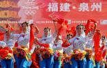 图文-北京奥运圣火在泉州传递 姑娘们跳起欢乐舞蹈