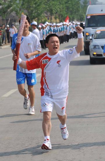 图文-2008年奥运会火炬在龙岩传递 火炬手李上富