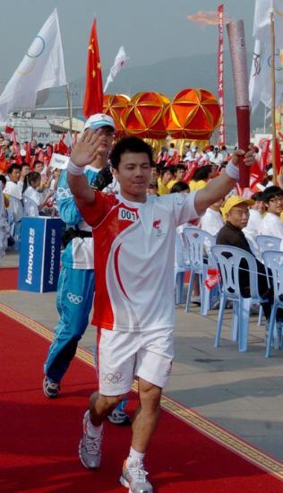 图文-北京奥运圣火在龙岩传递 奥运举重季军张湘祥
