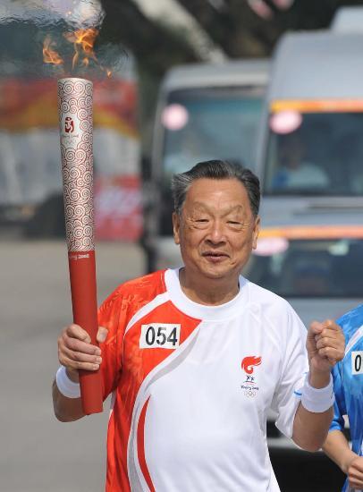 图文-2008年奥运会火炬在龙岩传递 老者捧起祥云