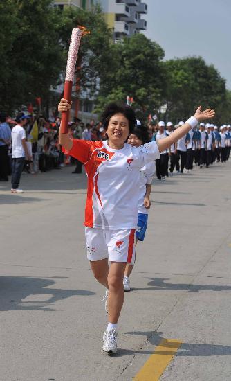图文-2008年奥运会火炬在龙岩传递 黄淑英快乐奔跑