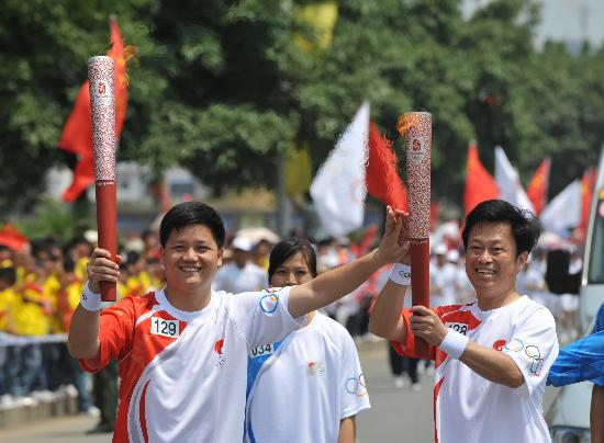 图文-奥运会火炬在龙岩传递 激情梦想的交接