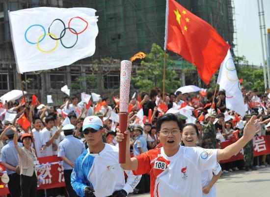 图文-北京奥运圣火在龙岩传递 火炬手刘友洪传递