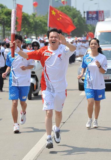 图文-2008年奥运会火炬在龙岩传递 黄炜兴奋传递