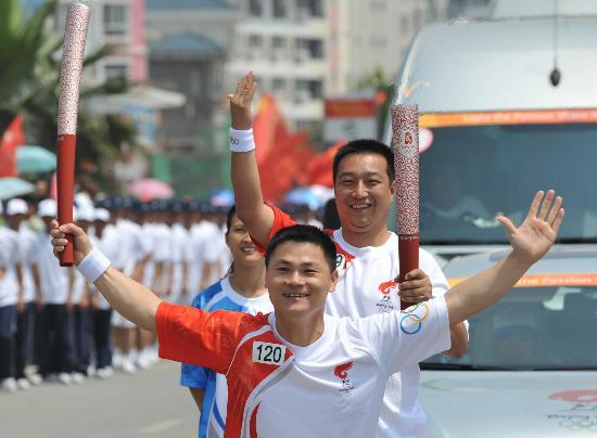 图文-北京奥运圣火在龙岩传递 林德来翁卫交接