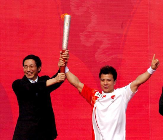图文-北京奥运圣火在龙岩传递 张湘祥自豪展示火炬
