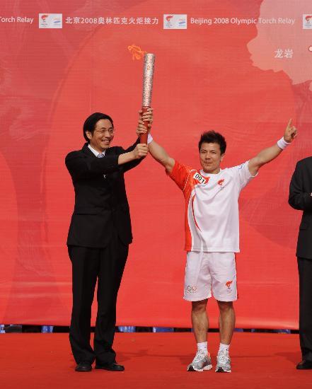 图文-奥运圣火在龙岩传递 市委书记与首棒展示火炬