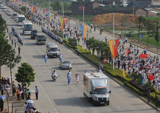图文-2008年奥运会火炬在龙岩传递 引发市民热情