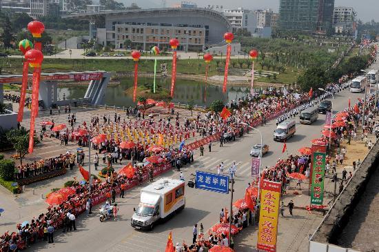图文-北京奥运圣火在龙岩传递 壮观的传递场面