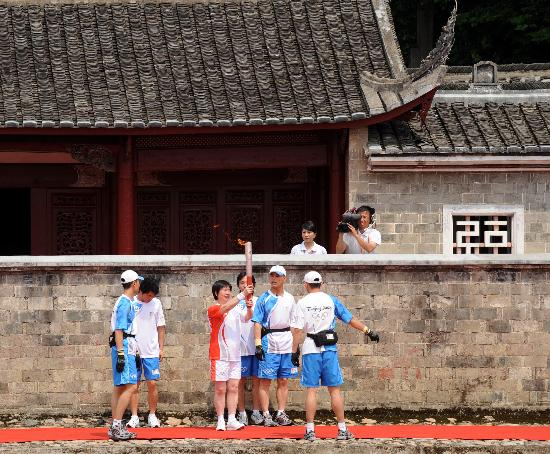 图文-北京奥运圣火在龙岩传递 郭金兰展示手中火炬