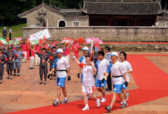 图文-北京奥运圣火在龙岩传递 郭金兰踏红地毯前行