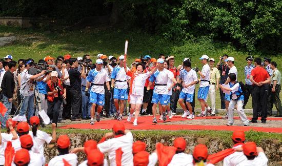 图文-北京奥运圣火在龙岩传递 郭金兰尽情的欢呼