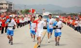 图文-北京奥运圣火在龙岩传递 张钢锋浑身都是劲儿