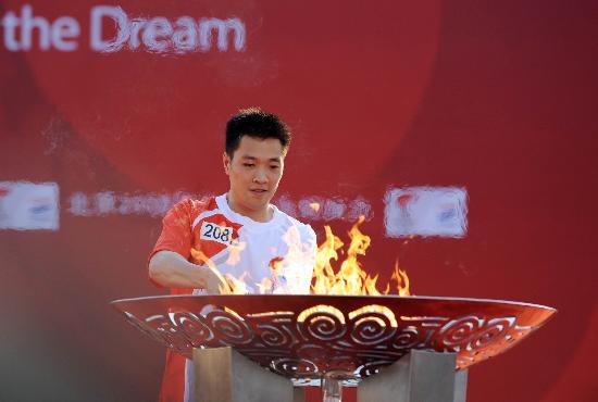 图文-北京奥运圣火在龙岩传递 陈宏点燃圣火盆