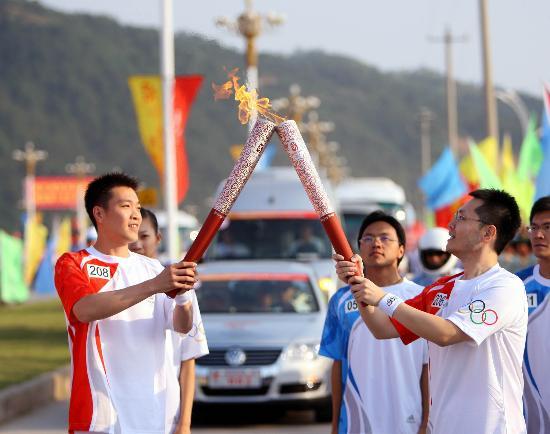 图文-北京奥运圣火在龙岩传递 陈宏接过最后一棒