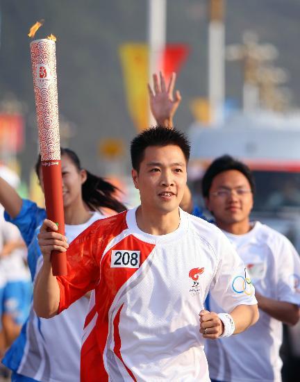 图文-北京奥运圣火在龙岩传递 陈宏眼睛炯炯有神