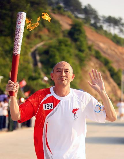 图文-北京奥运圣火在龙岩传递 张建新既骄傲又自豪