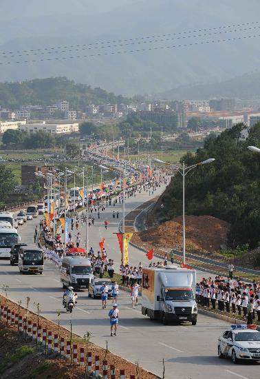 图文-北京奥运圣火在龙岩传递 壮观的圣火传递现场