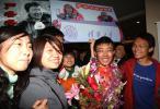 图文-火炬珠峰传递登山队员回京 严冬冬见同学开心