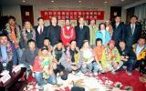 图文-火炬珠峰传递登山队员回京 队员与领导合影