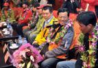图文-中国登山队部分队员返回北京 罗申与队友交谈