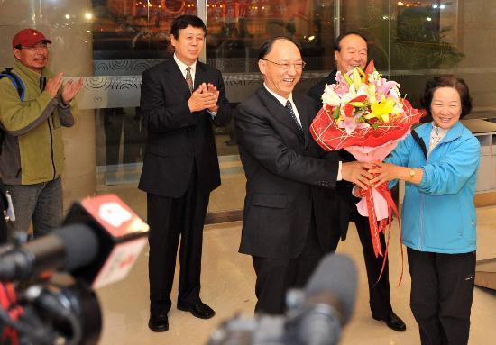图文-中国登山队部分队员返回北京 刘鹏局长带队