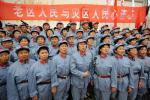 图文-北京奥运圣火在井冈山传递 打出横幅支持灾区