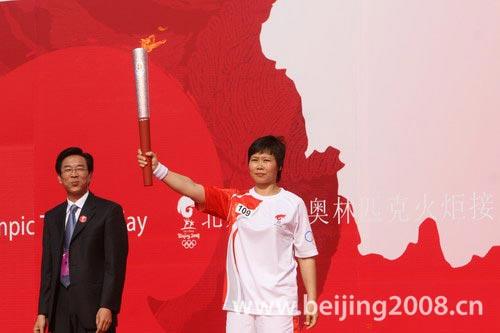 图文-北京奥运圣火在绍兴传递 首棒火炬手张顺芳