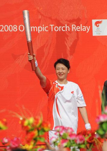 图文-北京奥运圣火在杭州传递 李玲蔚展示火炬