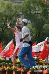 图文-北京奥运圣火在杭州传递 首棒火炬手起跑
