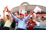 图文-北京奥运圣火上海传递 现场观众热情十分高涨