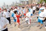 图文-北京奥运圣火上海传递 外滩边交接圣火