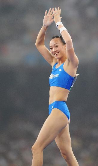 图文-女子撑杆跳高决赛赛况 冠军向观众鼓掌致意
