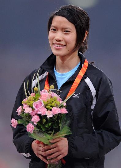 图文-中国公开赛女子200米决赛 韩玲登上冠军领奖台