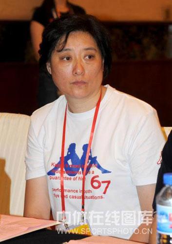 图文-南京站奥运火炬手集体亮相原女排国手张洁云